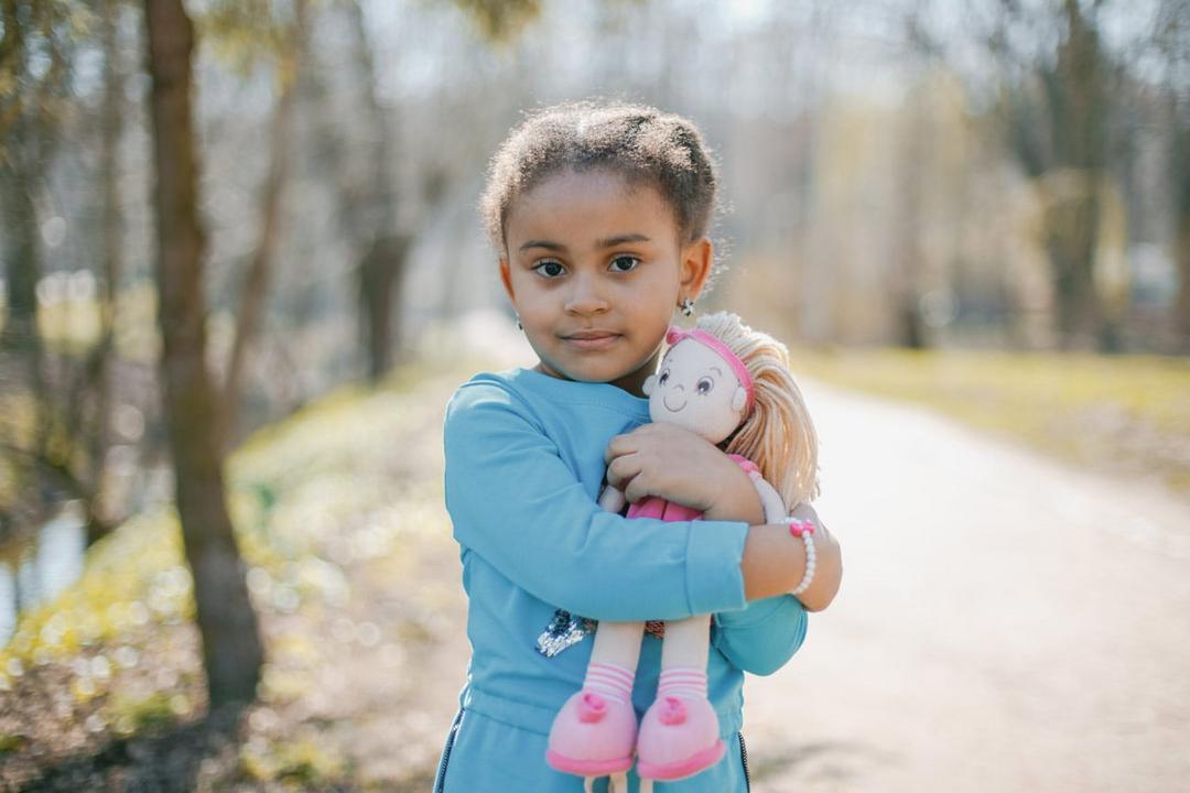 Brincar de boneca desenvolve empatia e habilidades de interação social, aponta estudo