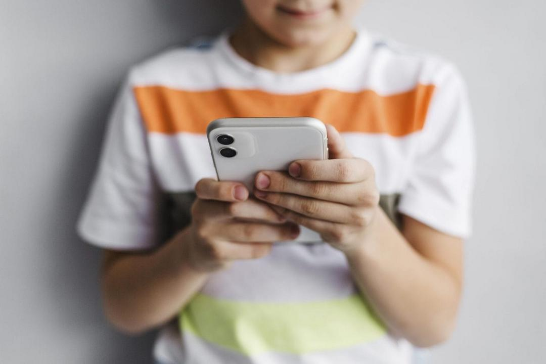 Crianças e celular: o que considerar antes de comprar o aparelho para o filho