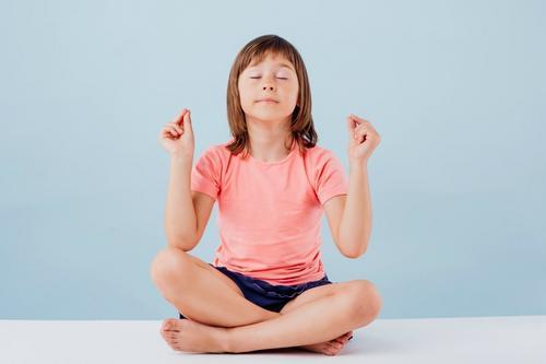 3 práticas simples para começar a meditar com as crianças em casa – e ajudá-las nas atividades escolares