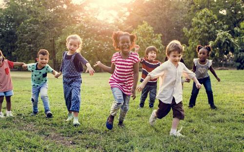 Quais são os benefícios e a importância da amizade na infância?